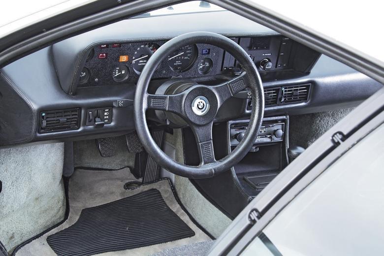 Patrząc na spartańskie wnętrze BMW M1, nie sposób odnieść wrażenia, że nawet wersji drogowej bliżej jest jednak do pojazdu wyścigowego niż do supersamochodu, który przypomina włoskie konstrukcje z tego okresu.
