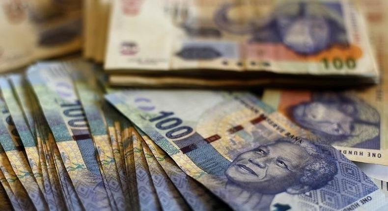 South African bank notes featuring an image of former South African President Nelson Mandela are displayed at an office in Johannesburg January 17, 2013. .   REUTERS/Siphiwe Sibeko