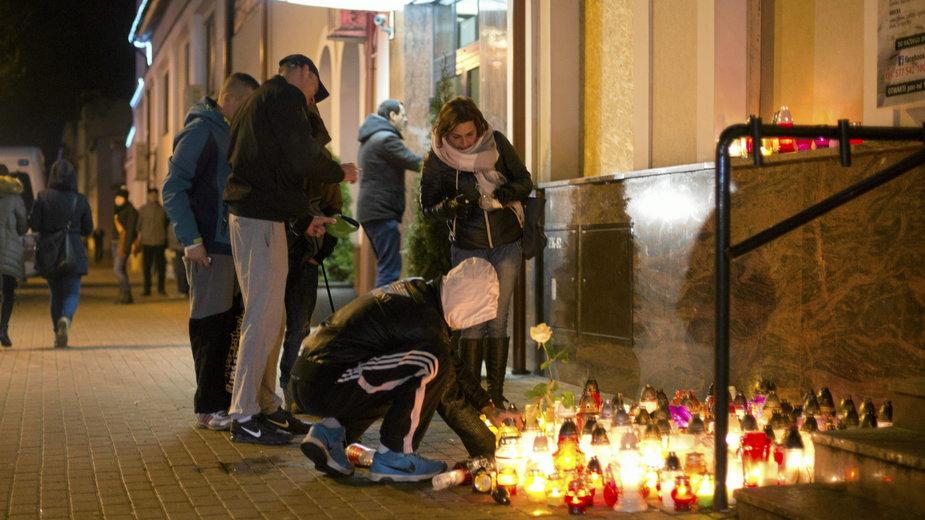 Znicze przed barem, pod którym zginął 21-latek