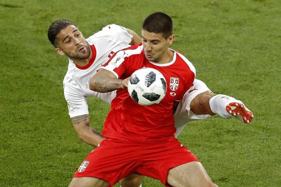 Aleksandar Mitrović u duelu sa Rikardom Rodrigezom