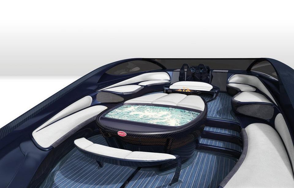 Na dolnym pokładzie znajduje się bar z szampanem i stanowisko do opalania.