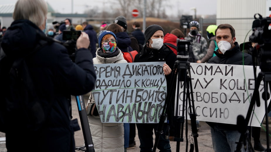 Na lotnisku zebrała się grup wspierająca Nawalnego