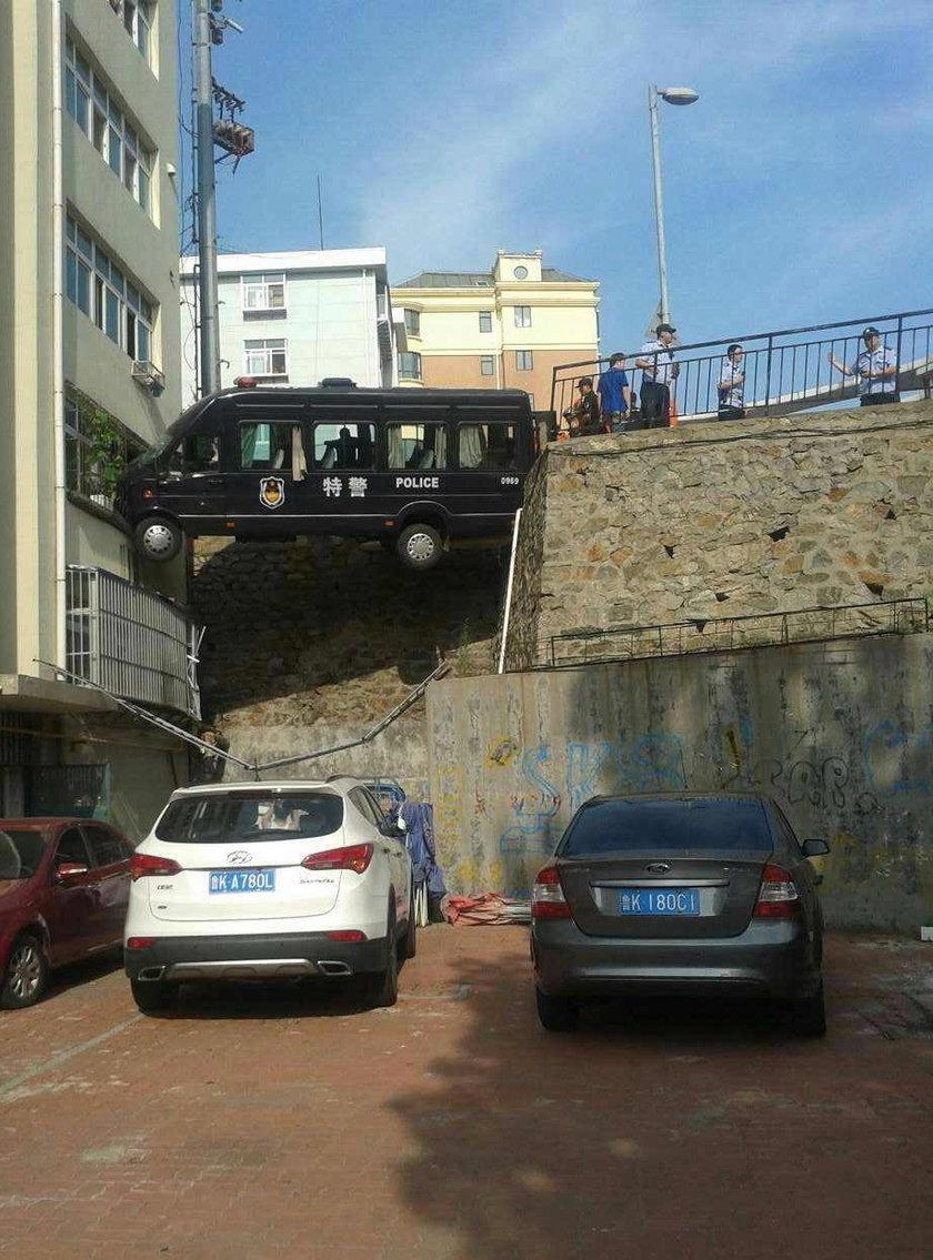 Chińska jednostka SWAT utknęła między blokiem a drogą.