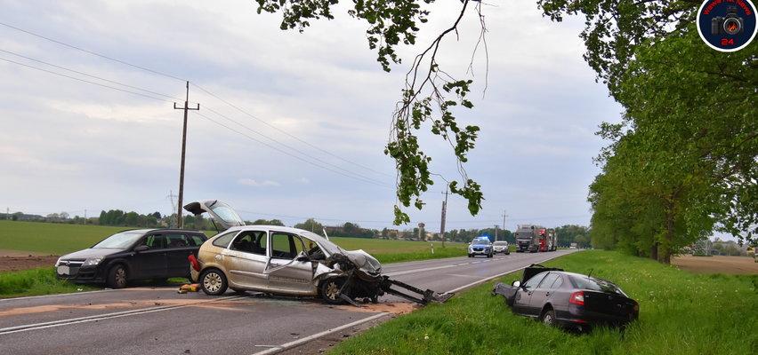 Masakra na drodze. Zderzyły się trzy auta, jedna z osób była zakleszczona w środku