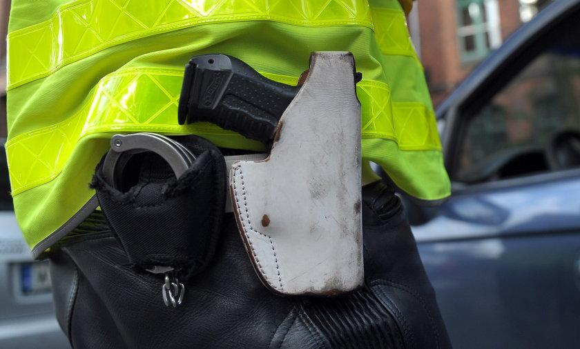 Złodziej odjechał z... bronią policjanta. Wpadła mu do auta. Zdjęcie ilustracyjne.