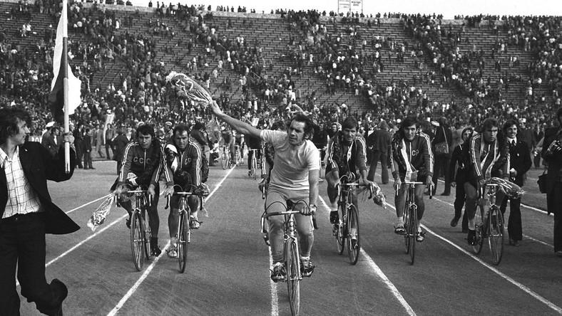 Na zdjęciu archiwalnym z 22.05.1975 r.: Ryszard Szurkowski na Stadionie X-lecia w Warszawie, podczas rundy honorowej po XXVIII Wyścigu Pokoju