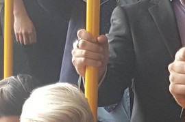 Sela je u autobus, izvadila OVO IZ DŽEPA i potpuno IZBEZUMILA sve putnike: Svi se pitaju ŠTA TAČNO radi ova žena u prevozu
