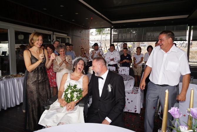Ceremonija venčanja održana je na brodu ukotvljenom pored obale Dunava