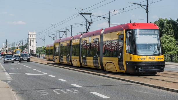 Tramwaj na Moście Poniatowskiego w Warszawie
