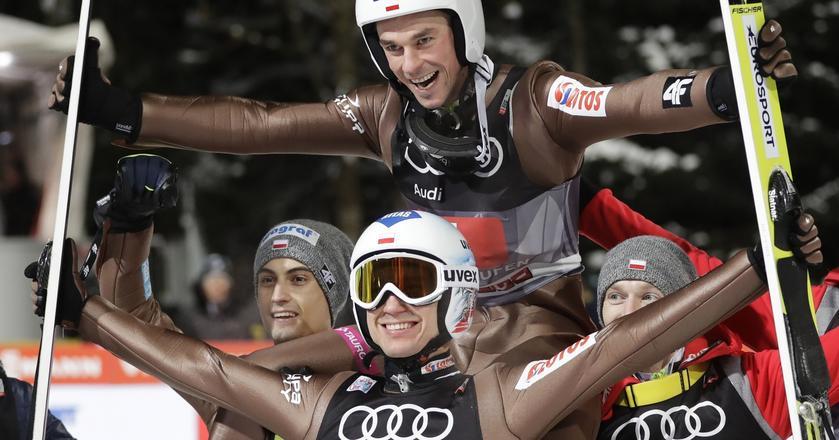 Kamil Stoch, Piotr Żyła i Maciej Kot cieszą się ze zdobycia kolejno pierwszego, drugiego i czwartego miejsca w 65. Turnieju Czterech Skoczni.