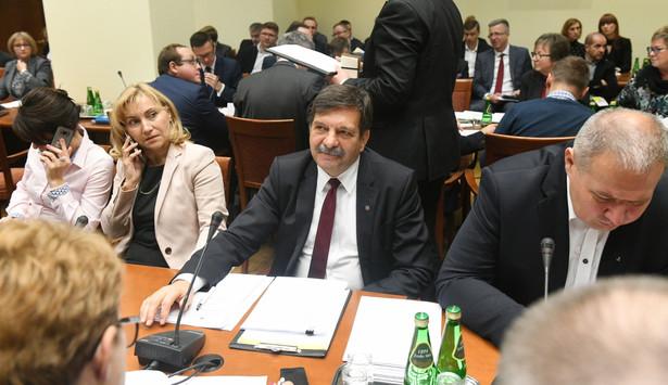 Przewodniczący podkomisji, poseł PiS Janusz Śniadek podczas posiedzenia sejmowej komisji polityki społecznej i rodziny.