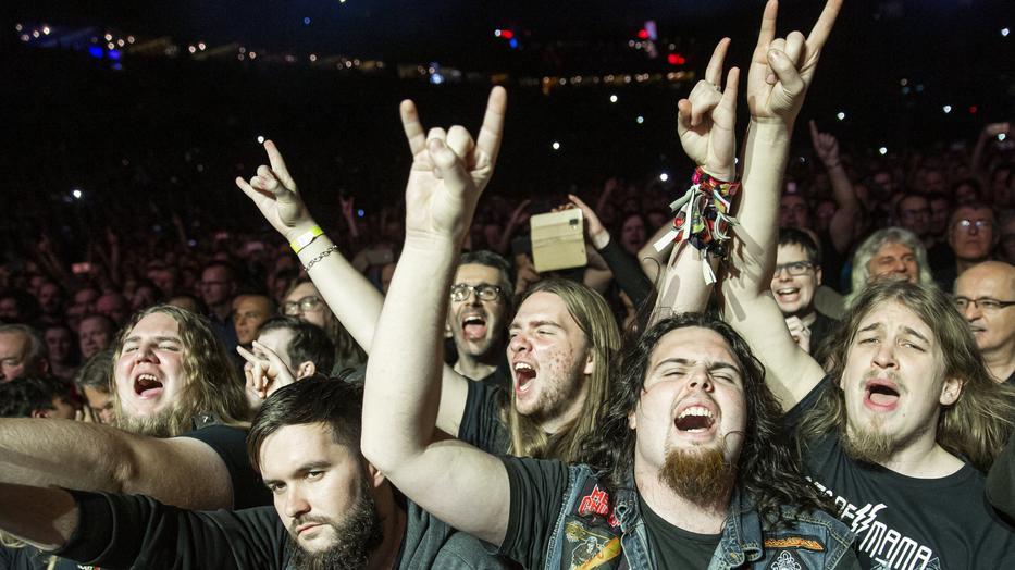 Őrjöngő közönség a brit Deep Purple koncertjén a Papp László Budapest Sportarénában a járvány előtt, 2019. december 9-én / MTI/Mohai Balázs
