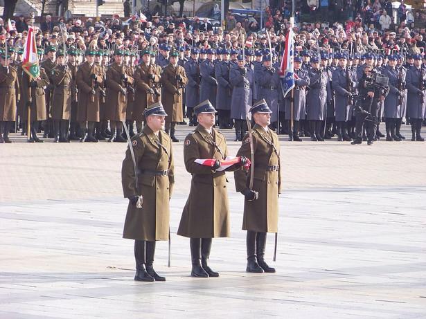 Odzyskiwanie przez Polskę niepodległości było procesem stopniowym. Wybór 11 listopada uzasadnić można zbiegiem wydarzeń w Polsce z zakończeniem I wojny światowej dzięki zawarciu rozejmu w Compiègne 11 listopada 1918, pieczętującego ostateczną klęskę Niemiec. Dzień wcześniej przybył do Warszawy Józef Piłsudski. W tych dwóch dniach, 10 i 11 listopada 1918, naród polski uświadomił sobie w pełni odzyskanie niepodległości, a nastrój głębokiego wzruszenia i entuzjazmu ogarnął kraj.