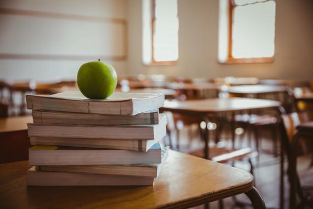 O wprowadzeniu gimnazjów do systemu edukacji zaczęło się mówić w połowie 1998 r.