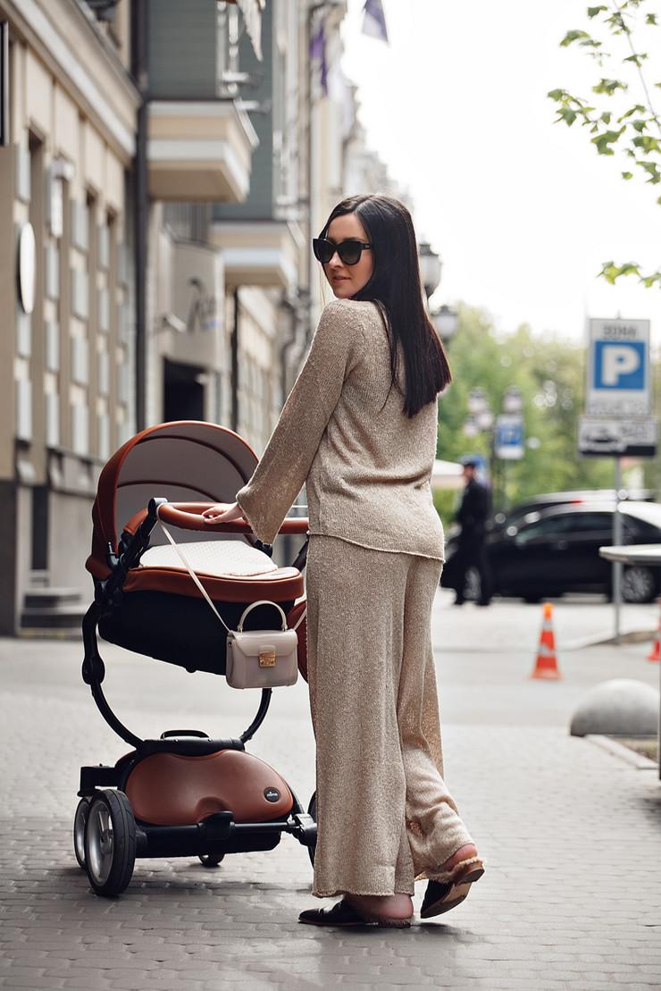 majka i kolica sa bebom