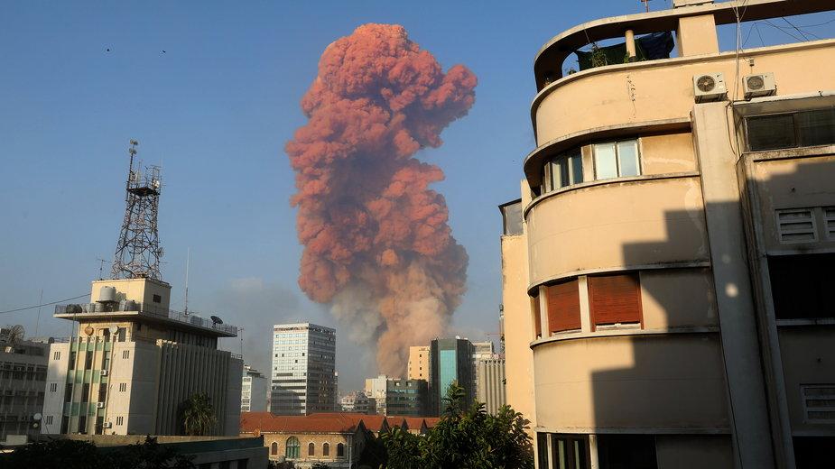 Chmura czerwonego dymu po eksplozji w Bejrucie