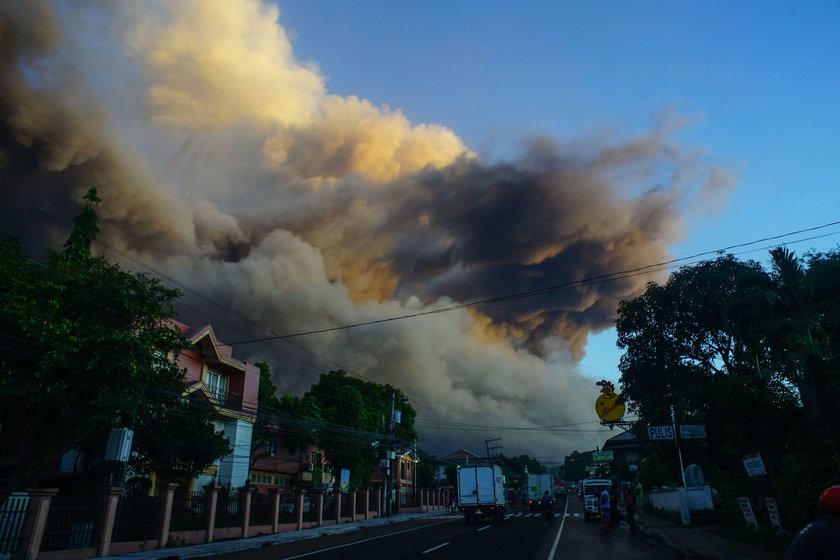 Popiół zalewa miejscowości. Klęska żywiołowa na Filipinach