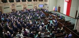 """PiS przepchnął ustawę """"kagańcową"""". Polacy niewiele o niej wiedzą"""