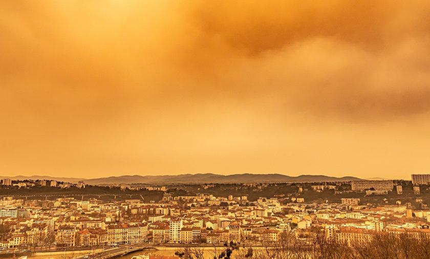 Skąd się wziął pomarańczowy śnieg? Dziwne zjawisko nad Europą