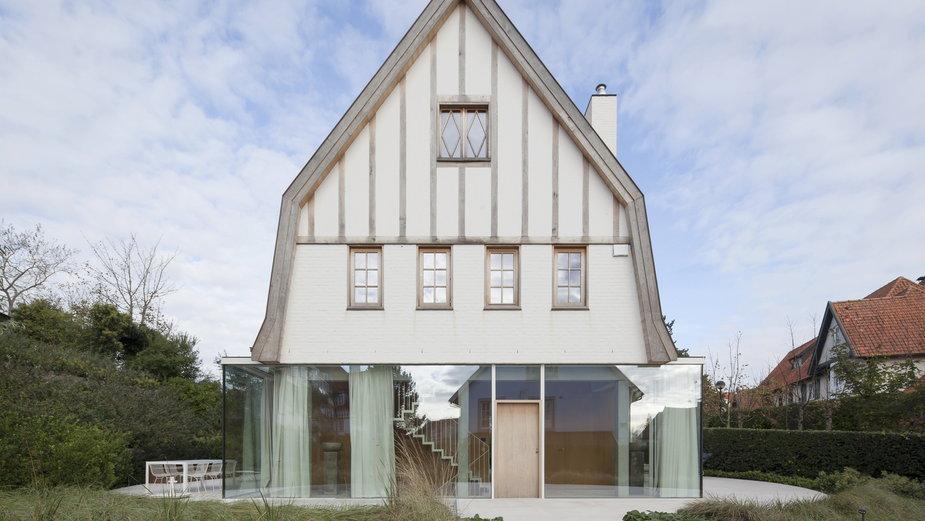 Stary dom z nowoczesnym przyziemiem. To wyjątkowo odważna renowacja.