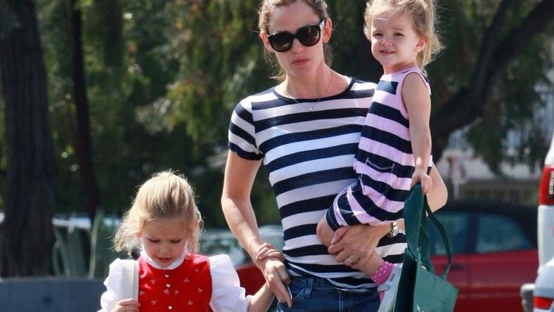 Jennifer Garner z córkami nawet spacerze wygląda modnie.