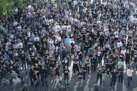 Navijači Partizana ispred stadiona