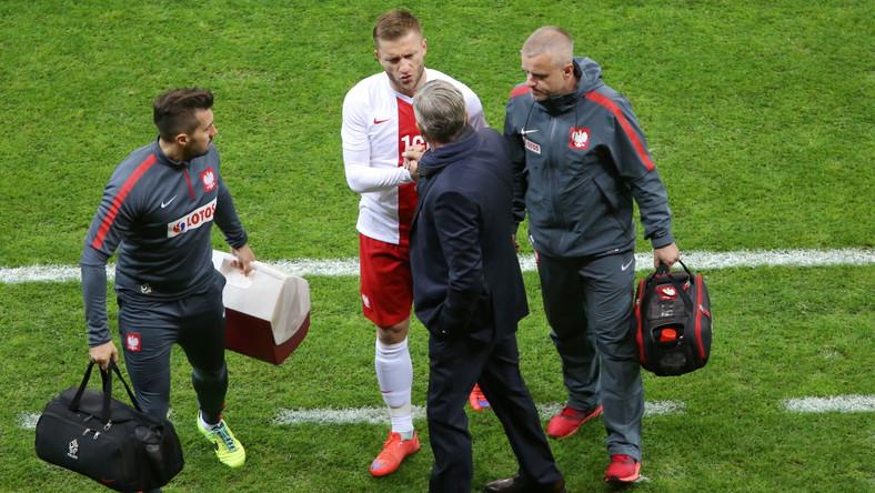 Kontuzjowany piłkarz reprezentacji Polski Jakub Błaszczykowski (2L) schodzi z boiska podczas meczu towarzyskiego z Islandią