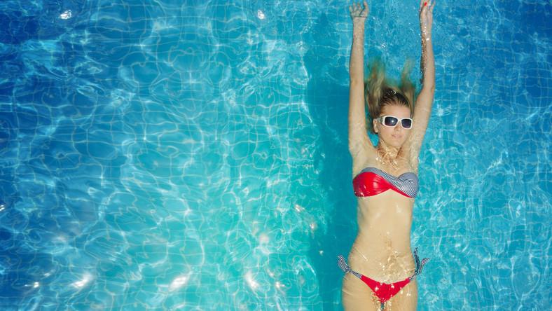 Przede wszystkim wizyta na basenie relaksuje i poprawia samopoczucie. To niezaprzeczalny fakt, wynikający z dobroczynnego wpływu na organizm wytwarzanych w czasie wysiłku endorfin, czyli hormonów szczęścia