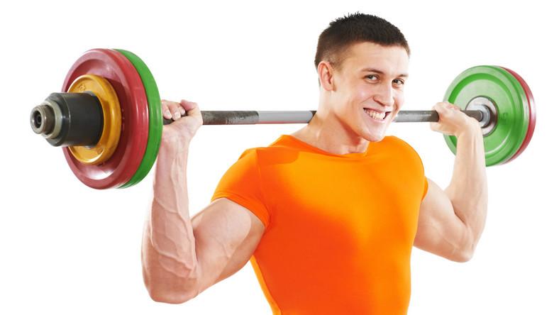 W trakcie przysiadów zmień ustawienie stóp lub stań w węższym rozkroku, a kiedy ćwiczysz biceps chwytaj sztangę szeroko