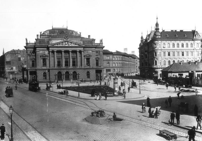 A Blaha a századfordulón, előtérben a Nemzeti Színház