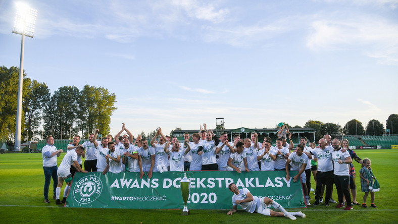 Radość zawodników Warty Poznań po zwycięstwie w finale barażu o awans do piłkarskiej ekstraklasy z Radomiakiem Radom w Grodzisku Wlkp.