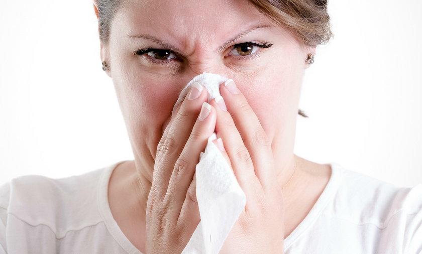 Kobieta próbując wydmuchać nos złamała sobie kości twarzy