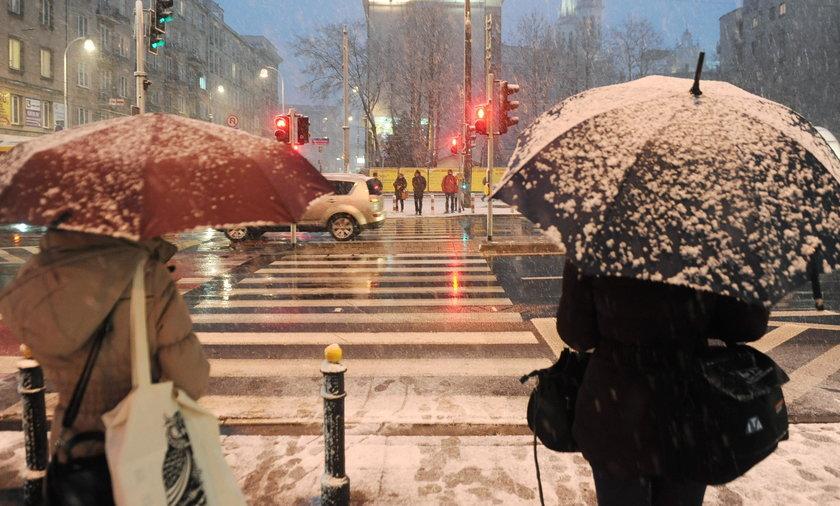 Pogodowy koszmar w Polsce. Ostrzeżenia przed śnieżycami i tysiące ludzi bez prądu