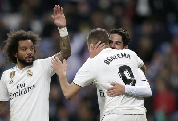 Karim Benzema proslavlja gol sa saigračima