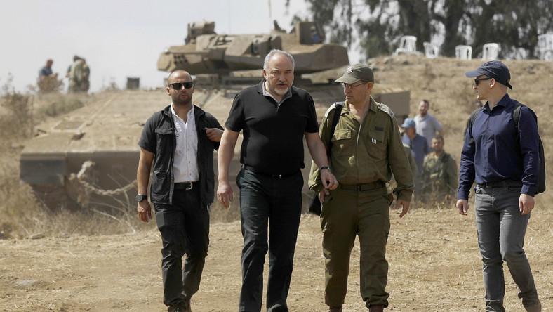 Izraelski minister obrony Avigdor Lieberman (drugi z lewej)