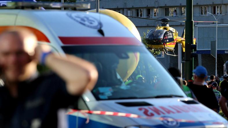 Służby medyczne interweniujące po kraksie na mecie 1. etapu wyścigu kolarskiego 77. Tour de Pologne z Chorzowa do Katowic
