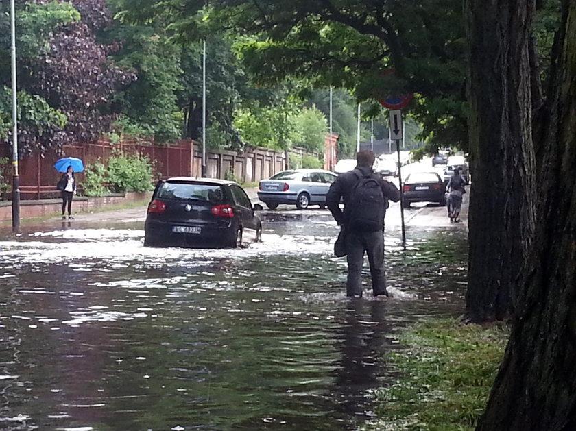 Burza w Łodzi. Zalane ulice. Tramwaje jeździły objazdami