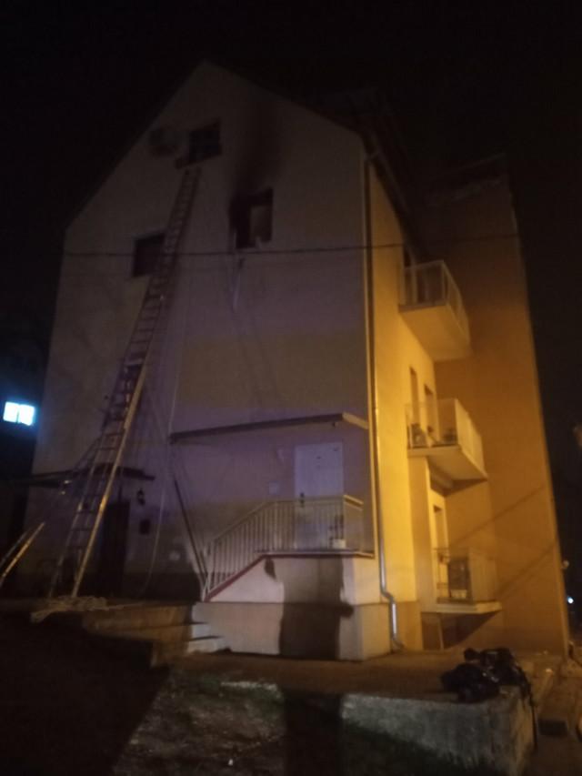 Do detonacije je došlo na drugom spratu, nakon čega je izbio požar koji se proširio na stan u potkrovlju