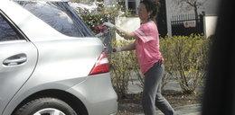 Kasia Kowalska nie przypomina wielkiej gwiazdy. Sama myje mercedesa. FOTO