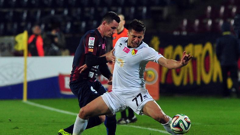 Zawodnik Pogoni Szczecin Adam Frączczak (L) walczy o piłkę z Giorgi Popchadze (P) z Jagiellonii Białystok podczas meczu 27. kolejki T-Mobile Ekstraklasy
