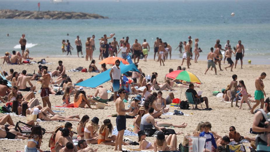 W Izraelu plaże już pełne są wczasowiczów