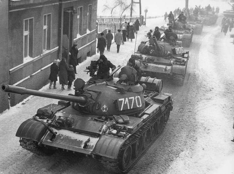 """Stan wojenny. Czołgi T-55 w Zbąszyniu (fot. """"T-55A Martial law Poland"""" autorstwa J. Żołnierkiewicz - http://www.solidarnosc.gov.pl/index.php?document=48)"""