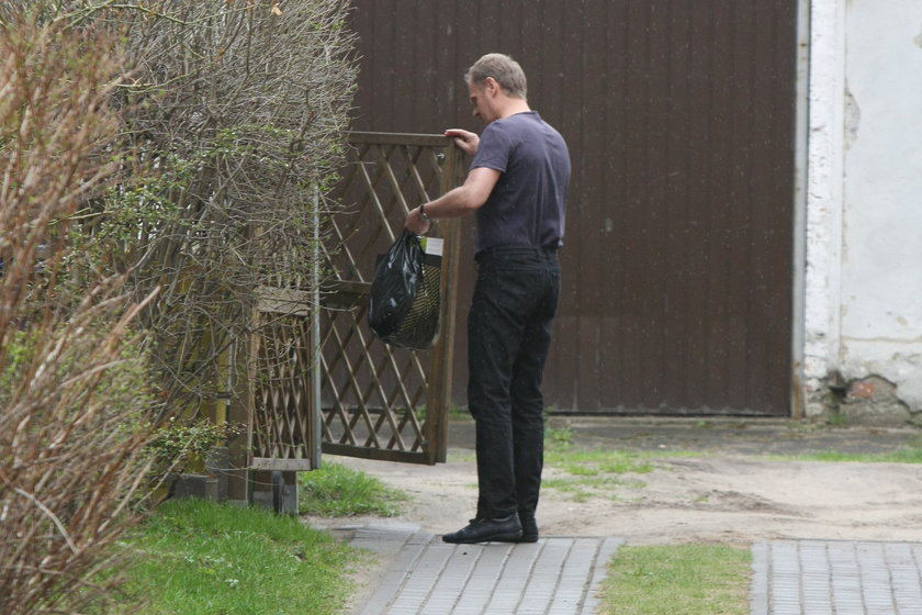 Premier Donald Tusk ze śmieciami