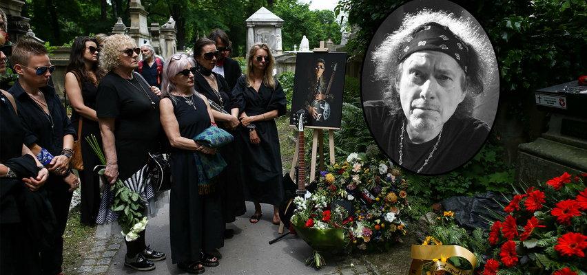 Pogrzeb Andrzeja Püdla Bieniasza. Muzyk został pochowany niemal pół roku po śmierci!