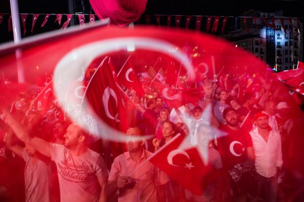 """""""Referendum przewidziano na 16 kwietnia"""" - powiedział Bozdag w wywiadzie dla publicznej telewizji TRT. Zmiany w konstytucji mają umocnić władzę szefa państwa."""