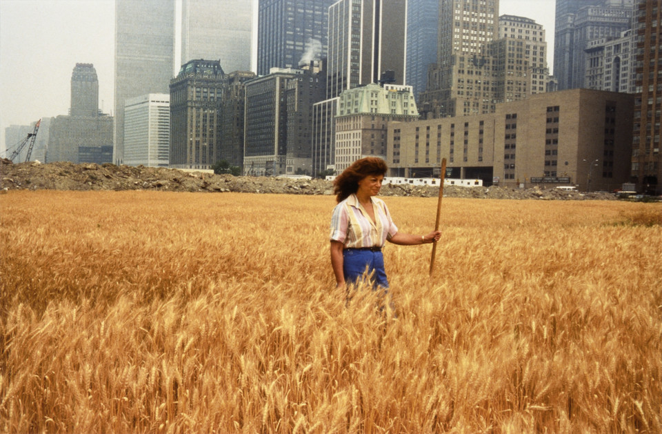 """Wiek półcienia. Sztuka w czasach planetarnej zmiany"" w Muzeum Sztuki Nowoczesnej w Warszawie. Na zdjęciu: Agnes Denes, ""Wheatfield - A Confrontation: Battery Park Landfill, Downtown Manhattan - With Agnes Denes Standing in the Field"" (1982)"