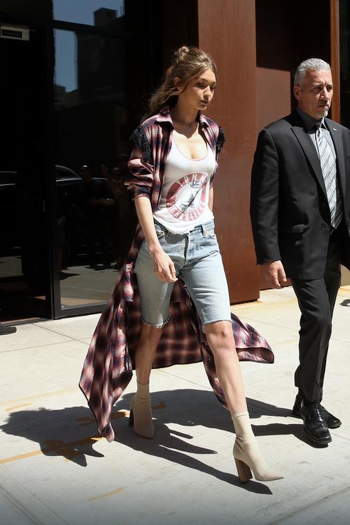 Gigi Hadid dżinsowe spodenki nosi z rozpiętą kraciastą koszulą maxi i topem