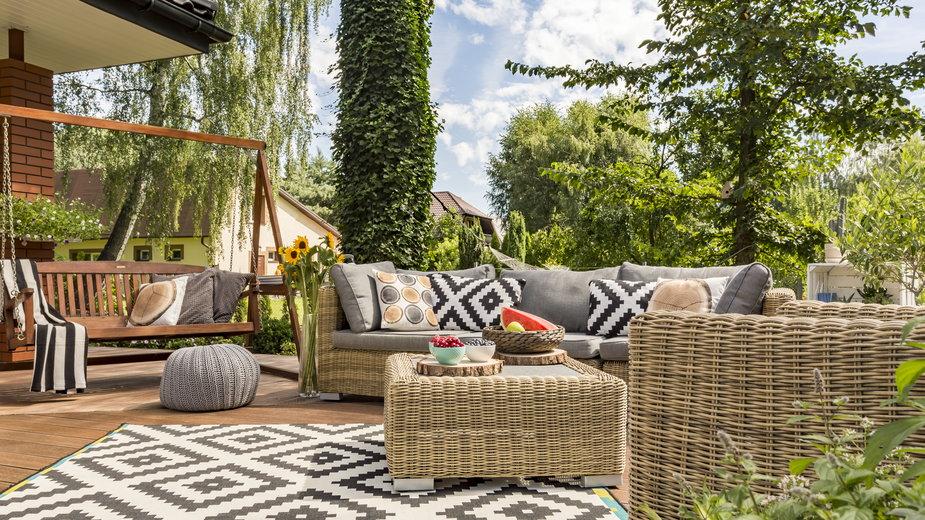 Dywan na taras i balkon – czy to dobry pomysł? Jak go wybrać?