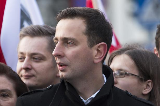 Prezes PSL Władysław Kosiniak-Kamysz przekonywał, że likwidacja gimnazjów oznacza mniej pracy dla nauczycieli, pogorszenie jakości kształcenia, a także zantagonizowanie społeczeństwa.