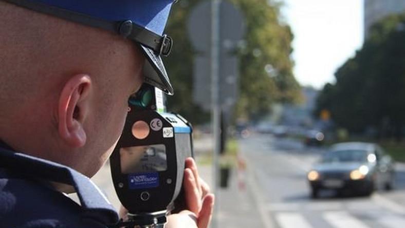 Kierowcy mają różne sposoby na ostrzeganie się o patrolach policyjnych i komunikację między sobą. Miganie światłami to chyba najpopularniejsza metoda, ale wielu użytkowników czterech kółek nie poprzestaje na tym i montuje w swoich autach CB-radia lub uzbraja swój telefon w specjalne oprogramowanie. Które z tych rozwiązań jest lepsze?